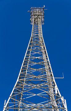 Stalen open toren tegen blauwe lucht van Maike Meuter
