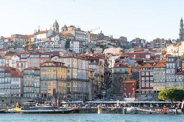 Die Skyline von Porto am Fluss im weichen Abendlicht von The Book of Wandering