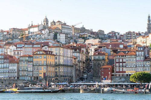 Skyline van Porto in zacht avondlicht aan de rivier