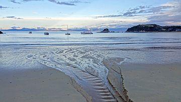 Zonsondergang bij  het strand van Kaiteriteri in Nieuw Zeeland