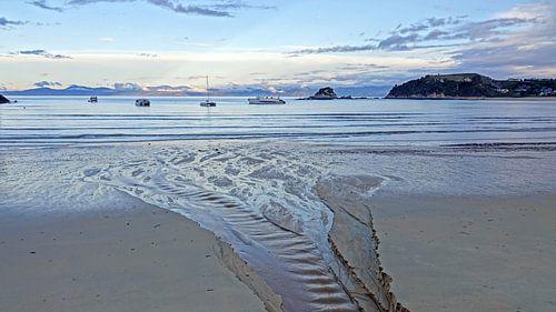 Zonsondergang bij  het strand van Kaiteriteri in Nieuw Zeeland van