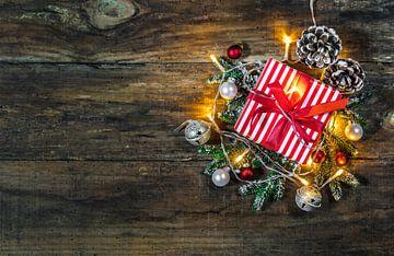 Kerstgeschenkdoos met licht, ornamenten en natuurlijke decoratie van Alex Winter