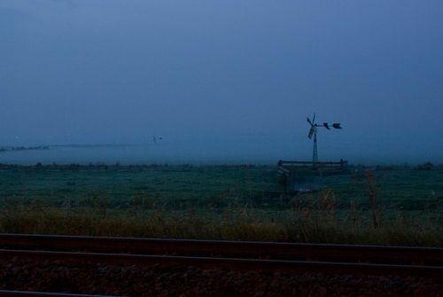 Mist op het land achter het spoor van