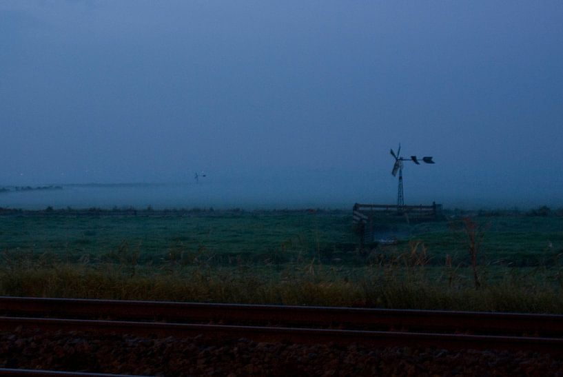 Mist op het land achter het spoor van Bas Smit