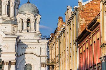 De kerk van Michael de aartsengel en oude huizen in Kaunas van Marc Venema