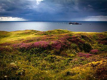 Regenwolk boven zee in Frankrijk van Evelien Oerlemans