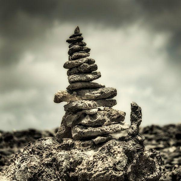 Gestapelde toren van stenen, Curacao van Keesnan Dogger Fotografie