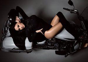 Sexy Pinup Modell auf einem Motorrad