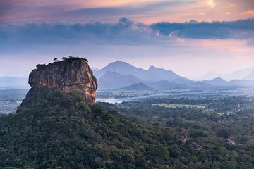 Lion's Rock dans un paysage où le soleil se couche
