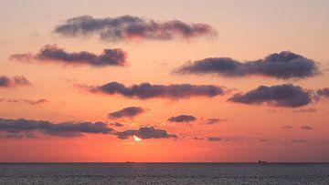 Rode zonsondergang in zee, Domburg, Nederland van themovingcloudsphotography