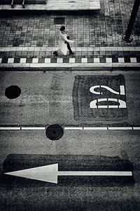 Straatfotografie in Utrecht. Vrouw op busstation jaarbeurszijde in Utrecht in zwart-wit. (Utrecht201