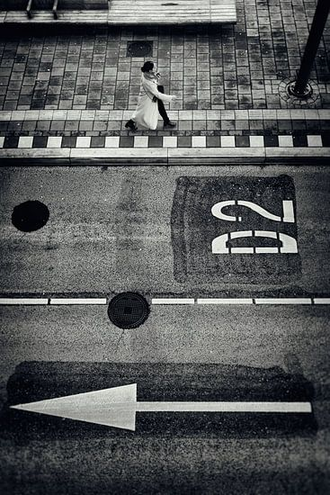 Straatfotografie in Utrecht. Vrouw op busstation jaarbeurszijde in Utrecht in zwart-wit. (Utrecht201 van De Utrechtse Grachten