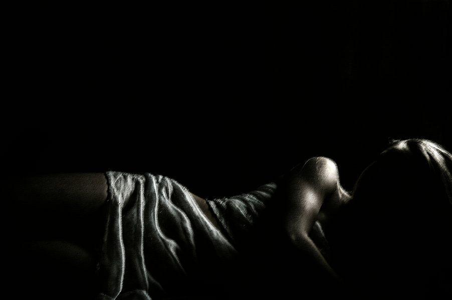 Liggend model zwart-wit van Anouschka Hendriks