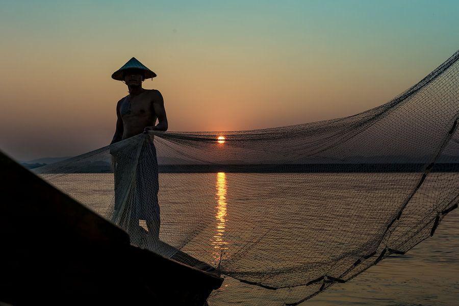 Visser vouwt zijn netten op de road to Mandelay in Myanmar. Wout Kok One2expose Photography. van Wout Kok