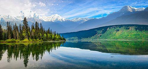 Panoramalandschap met meer, bomen en bergen, Canada