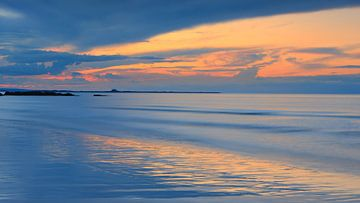 Sonnenaufgang Bamburgh Beach, Northumberland, England von Henk Meijer Photography