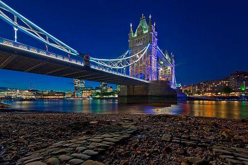 Nachtfoto Tower Bridge vanuit drooggevallen stuk rivier gezien