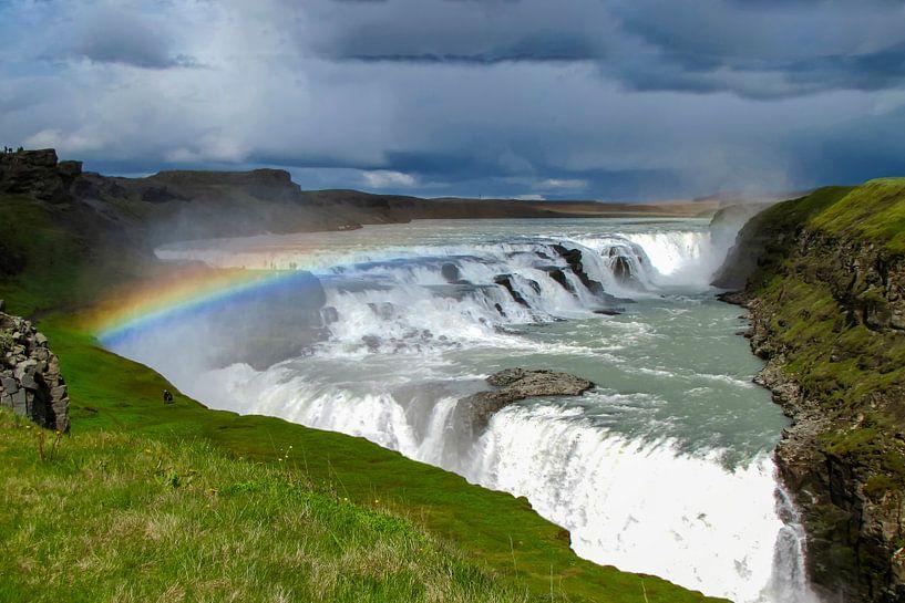Dreigende lucht met regenboog boven de Gouden watervallen, IJsland van Rietje Bulthuis