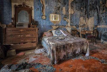 Bed in vervallen blauwe slaapkamer  van Kelly van den Brande