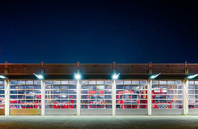 De Brandweerkazerne in Ridderkerk bij nacht van Rens Bok