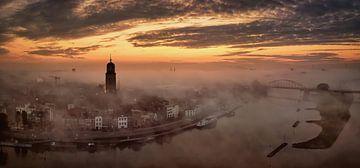 Deventer an einem nebligen Morgen bei Sonnenaufgang von Martin Podt