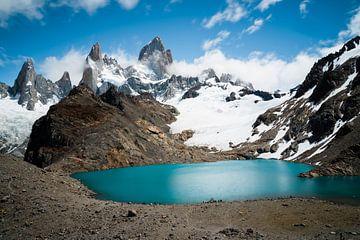 Uitzicht op de blauwe bergmeren op het Fitz Roy massief in Argentinië van Shanti Hesse