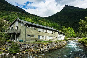 Gebäude am Fluß in Geiranger in Norwegen von Rico Ködder