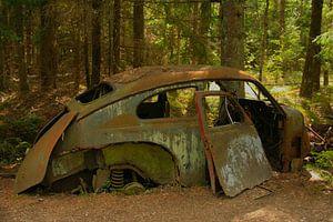 Oude Volkswagen Kever op autokerkhof van Kvinne Fotografie