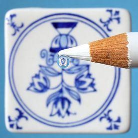 Bloemen op Delfts blauw tegeltje van Inge van den Brande