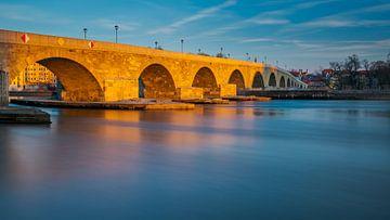 lange belichting Steinerne Brücke in Regensburg in gouden ochtendlicht van Robert Ruidl
