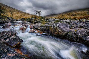 Herfst aan de Glen Etive rivier van Rolf Schnepp
