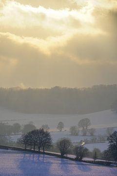 Zonnestralen over winterlandschap van The Book of Wandering