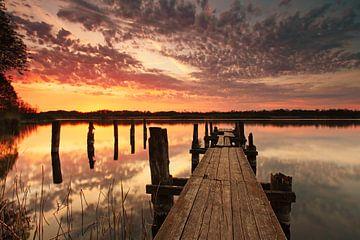 steiger aan het meer bij zonsondergang van Frank Herrmann