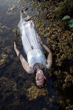 Oh Ophelia - vrouw in het water van Iris Kelly Kuntkes