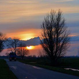 Vrachtauto op weg bij zonsondergang van Leo Huijzer