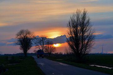 Vrachtauto op weg bij zonsondergang sur Leo Huijzer