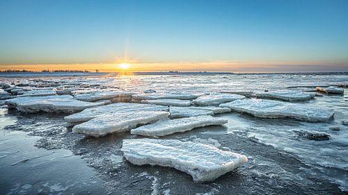 Ijsschotsen op de Waddenzee tijdens zonsondergang