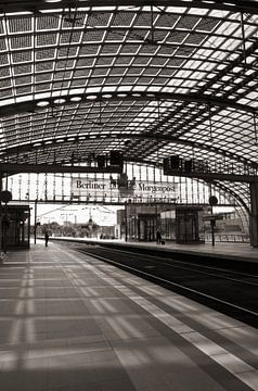 Bahngleise am Berliner Hauptbahnhof  von Silva Wischeropp