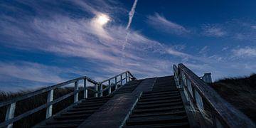 Avond opname van een trap het duin op van MICHEL WETTSTEIN