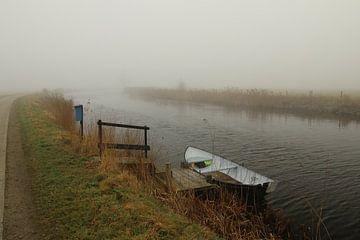 Roeibootje in een rivier van Pim van der Horst