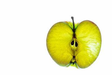 Schijfje groene appel geïsoleerd op een witte achtergrond. van Carola Schellekens