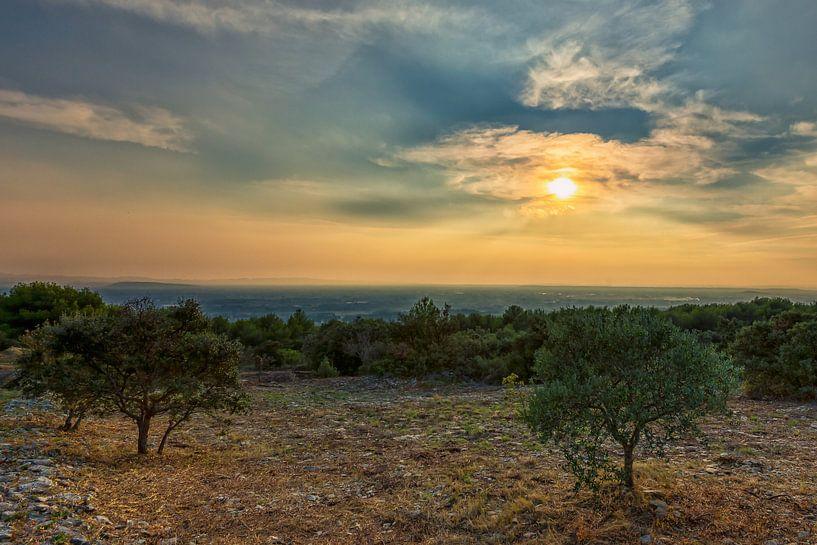 Einde van een bewolkte dag in de Provence in Frankrijk van Jacques Jullens