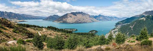 Panorama met Wakatipu meer en Queenstown Nieuw Zeeland