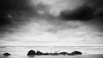 Wasser auf den Felsen (in schwarz und weiß). von Lex Schulte