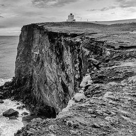 Een blik op de vuurtoren van Vik, IJsland van Hans Brinkel