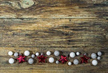 Kerstversiering frame op houten achtergrond met ballen en stervormen van Alex Winter