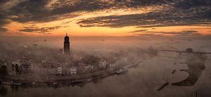 Deventer van boven tijdens zonsopkomst op een mistige ochtend