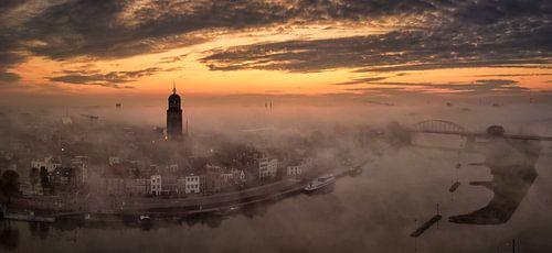 Deventer van boven tijdens zonsopkomst op een mistige ochtend van