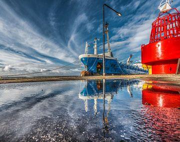 De haven van Harlingen, Friesland, met weerspiegeling in een plas. von Harrie Muis