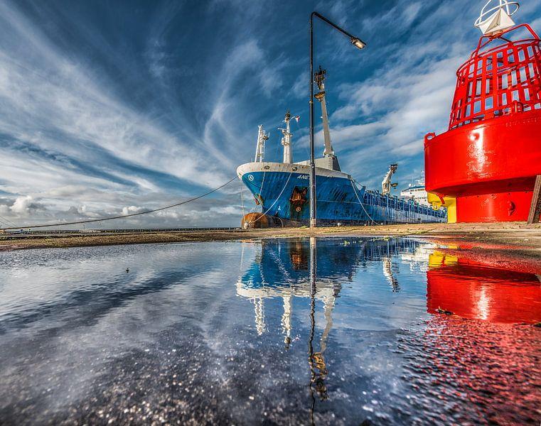 De haven van Harlingen, Friesland, met weerspiegeling in een plas. van Harrie Muis